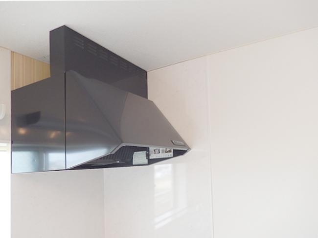 清潔感のあるホワイトのキッチンを、黒の換気扇でキリッと引き締め!モダンで素敵な印象になりました♪