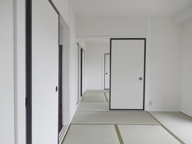 古い畳を一新!畳のヘリも従来の緑色から白系統にして白い壁との統一感を出しました。スッキリ落ち着いて見えますね♪