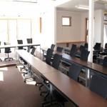 日の光もたっぷりはいる広々とした明るい会議室になりました^^