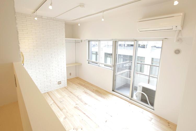 床と壁紙をリノベーションするだけで、日本の和室が洋室に生まれ変わります!