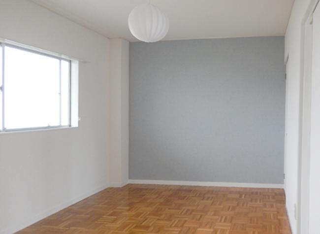 キッチンと合わせた少し濃い目の木目調の床に、丸いお月様のような照明が素敵なお部屋になりました♪