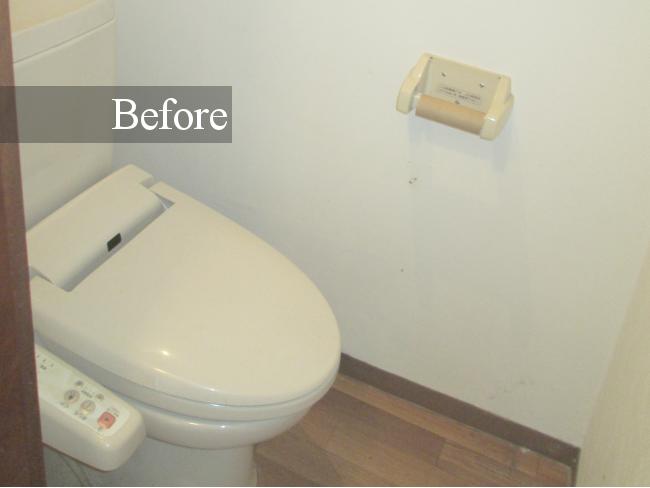 窓がなく、全体的に暗い印象だったトイレ。備え付けのペーパーホルダーも味気がありません。