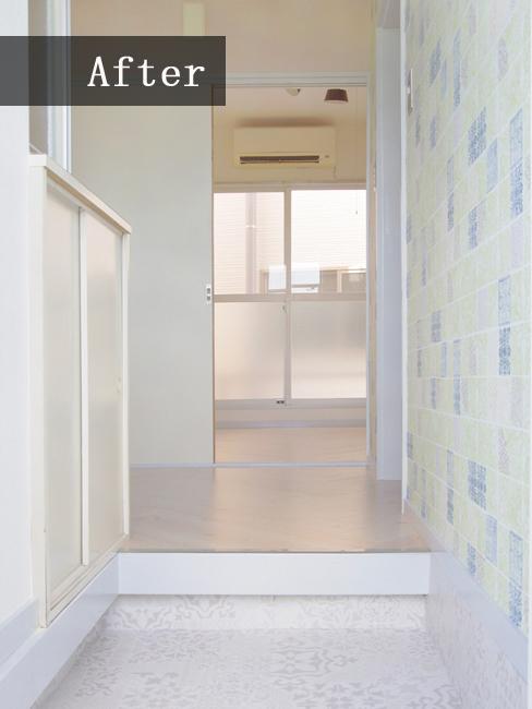 玄関には明るく爽やかなダマスク柄の壁紙をチョイス!土間タイルまでを白で統一し、玄関がグッと広く感じます♪