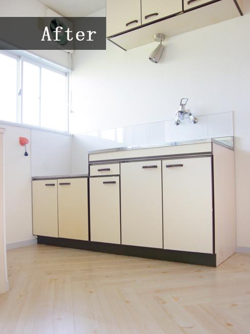 キッチンにも流行中のヘリンボーン床を!普通のフローリングと違い、オシャレ感が格段にUP!