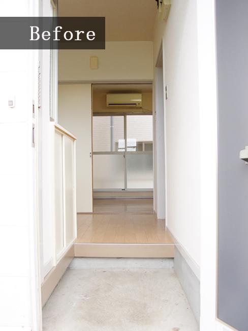 ホワイトでまとまった玄関。清潔感はありますがいまいちパッとしない印象。