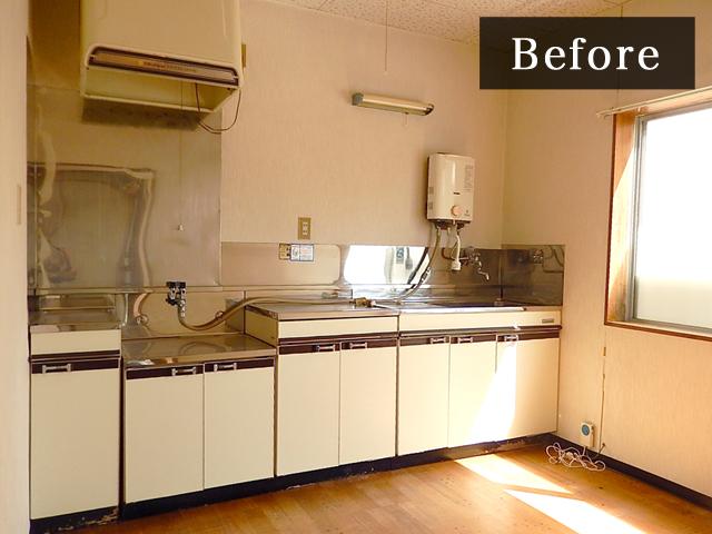 備え付けの旧型のキッチン。全体的に低くいのでリフォームすることになりました。