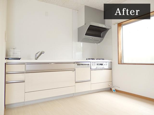 スッキリとした印象のシステムキッチン♪背丈に合わせた高さで無理ない姿勢でお料理が作れます。