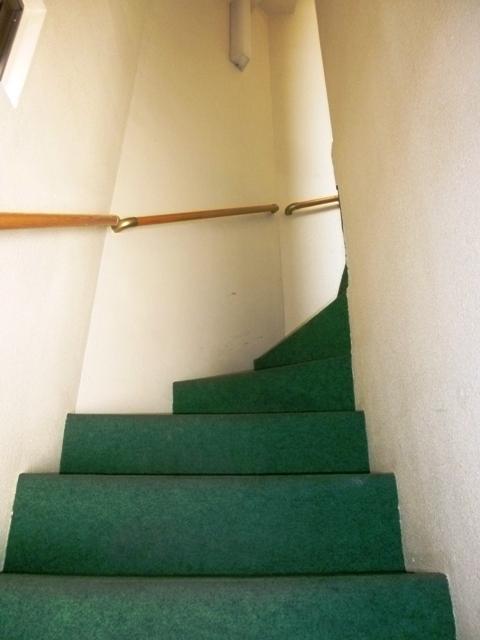 手すりがあり安全にも配慮されている階段。こちらを上がるとすぐに2階入り口です。