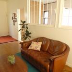 雰囲気のあるソファとテーブル。ポイントはターコイズのカーペット。お部屋全体をキリッと締めてくれています。