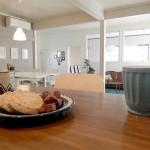 カウンターキッチンになっていて、オシャレなカフェのように落ち着ける空間に。ついつい楽しいお話で時間が過ぎてしまいそう。