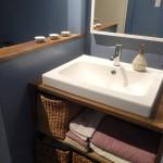 洗面台もこんなにオシャレに!落ち着きのある壁の色は上品な印象を与えます。