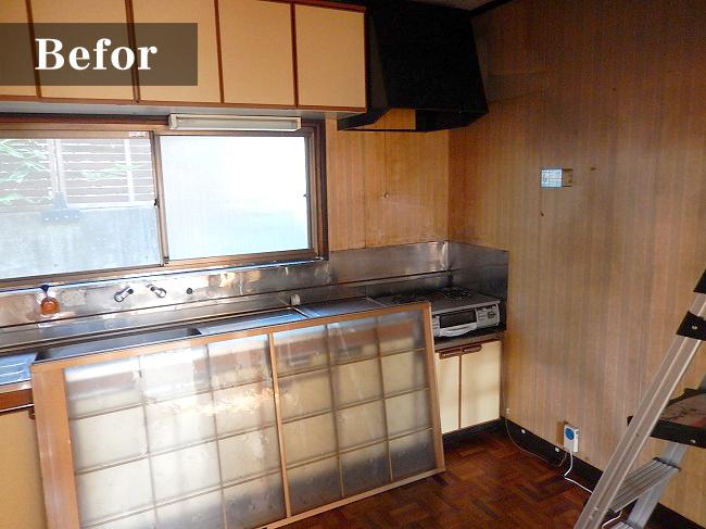 少し古い印象を受ける台所。日本の家には良く見かける雰囲気ですね。