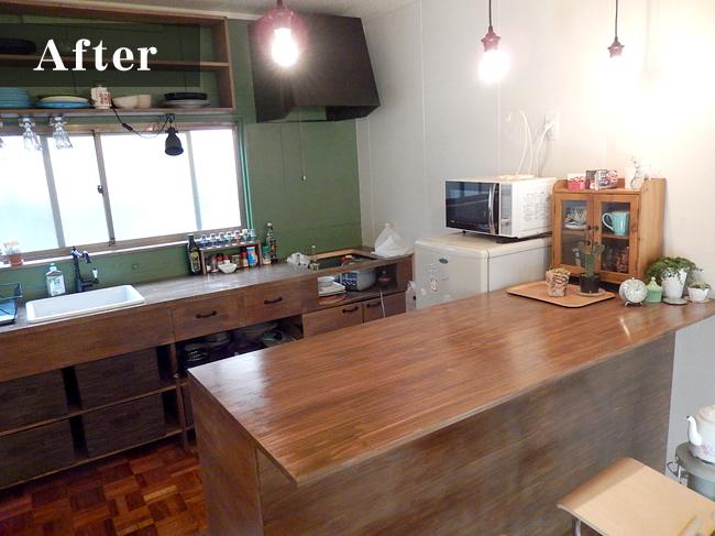 壁の色と、温かみのある木の素材の組み合わせで、オシャレなキッチンを演出しています