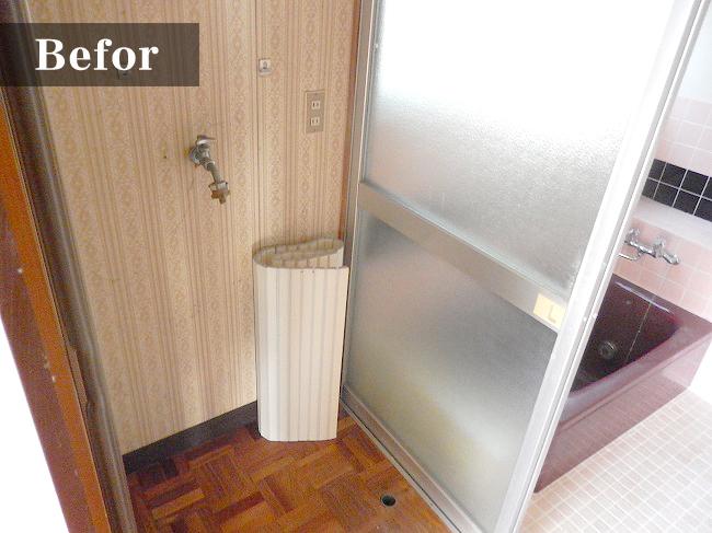 洗濯器を置くスペース。お風呂場とつながっていて、脱衣所も兼ねている様子。