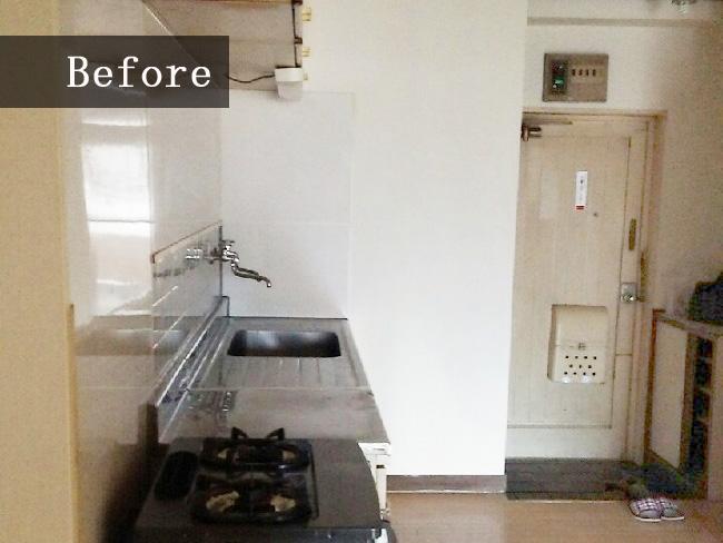 リフォーム前はキッチンから玄関が丸見えの状態でした。寒い時期には隙間風も気になりそうですね。
