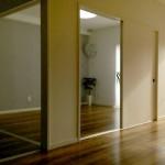 綺麗な木目で白い壁が際立っているリビング。賃貸では珍しい印象的な木目がオシャレ感をUPさせます♪