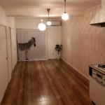 ダイニングキッチンとリビングの間にあったふすまを取り払い広々リビングに。オシャレな壁・フロア・ランプがポイントで、賃貸とは思えない空間です♪