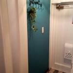 玄関には鮮やかなブルーを差し色に。タイルも合わせることでグッとオシャレになりました。玄関を入ってくると外国の家に来たような感覚です♪