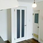 キッチンと玄関の境目には白いドアを設置し、お部屋との統一感もバッチリです♪