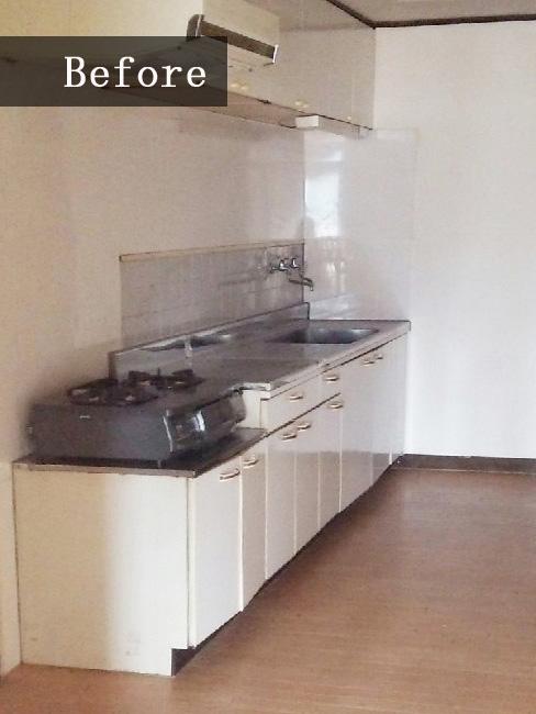 リフォーム前は賃貸で良く見る普通のキッチンでした。広さはあるものの、高さが合わずに使いにくかったようです。