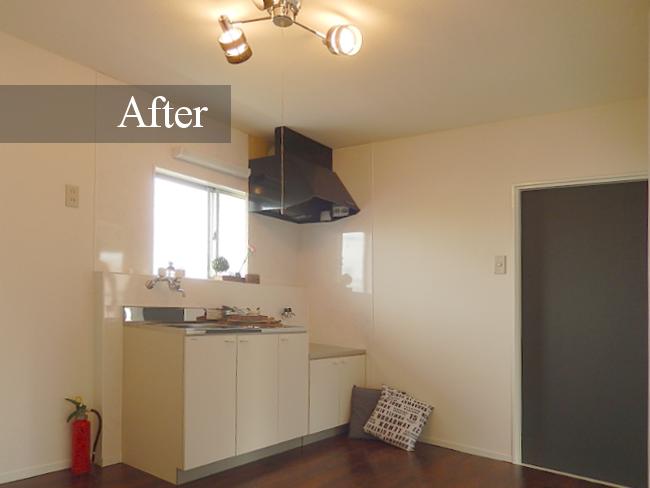 オシャレな照明や黒板仕様のドア、最新の換気扇の設置など、突然の来客でも安心してお迎えできるカフェのような素敵なキッチンへ生まれ変わりました!