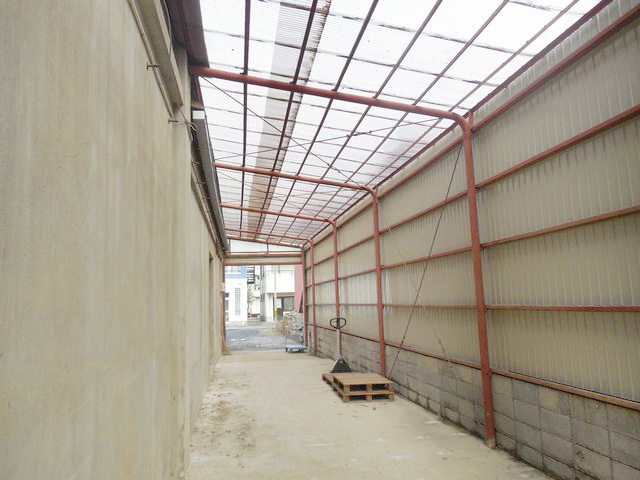 倉庫への入り口に屋根が付いているのは嬉しいポイントです!