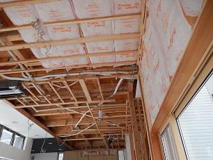断熱材を天井や壁一面に貼りました