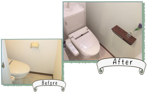 淡いブルーの壁紙と木目のペーパーホルダーがいい感じのトイレ